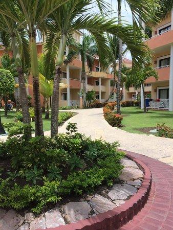 Grand Bahia Principe Punta Cana: Pathway near our villa