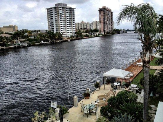 Manhattan Tower Apartment Hotel: Dock on the Intracoastal Waterway