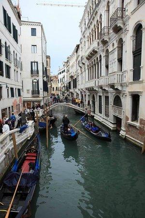 All'Angelo Hotel: канал, идущий параллельно улице с отелем