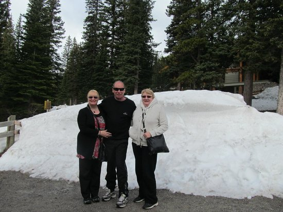 Moraine Lake: Still snow around