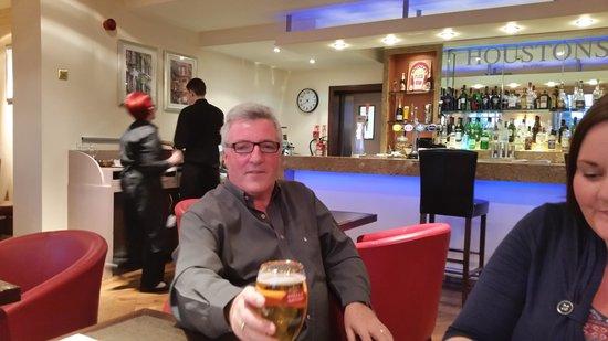 Best Western Plus Manor Hotel: Great Bar/Restaurant