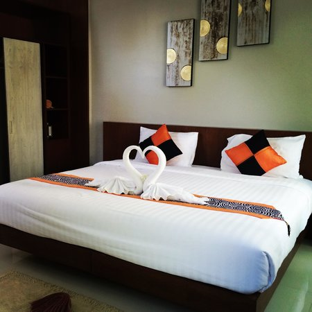Phu NaNa Boutique Hotel: The deluxe room with a huge bed