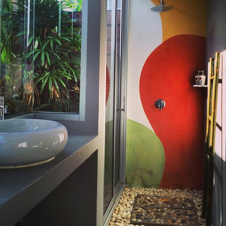 Phu NaNa Boutique Hotel: chich design of semi-outdoor bathroom