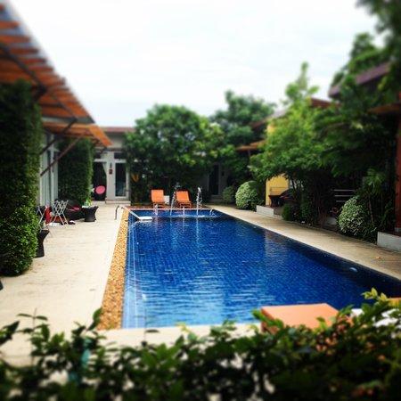 Phu NaNa Boutique Hotel: The pool as centre piece