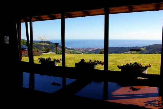 Hotel Lurdeia: Vue sur l'océan et Berméo depuis la salle commune