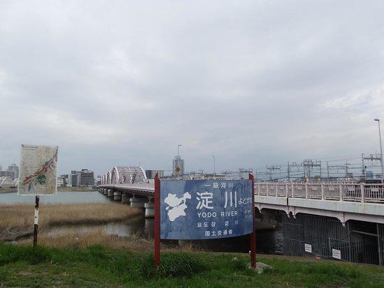 Yodo River: 十三大橋南詰左手にある標示