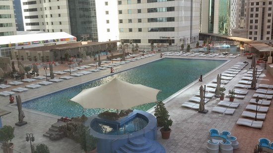 Ezdan Hotel: the swimming pool