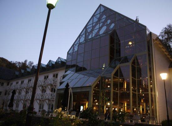 Fretheim Hotel: ガラス部分の2階がレストラン