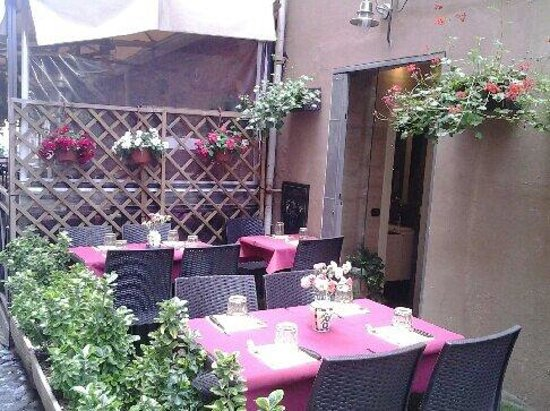 Pizza Roma: A very beautiful and quiet garden in the  back!!!