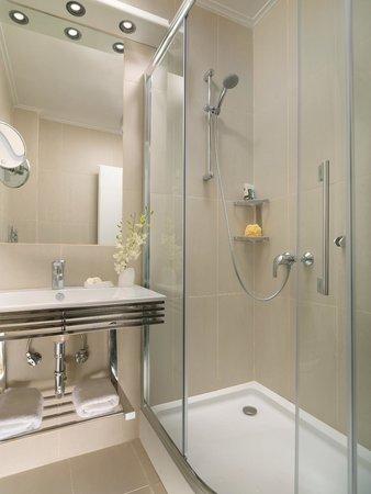 The Blazer Suites Hotel: Corner Suite Bathroom