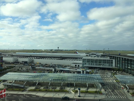 Clarion Hotel Copenhagen Airport: Looking out of the room into the Airport