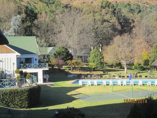 Champagne Castle Hotel: A view of the hotel swimming pool and grounds