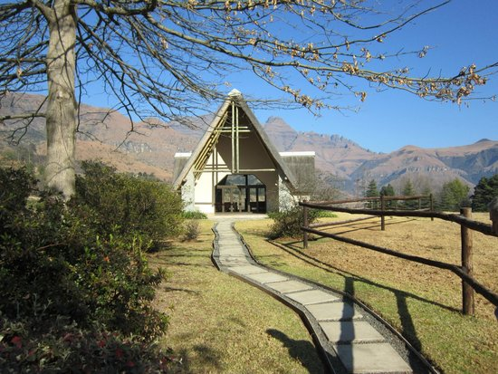Champagne Castle Hotel: The Chapel in the hotel grounds with the mountains behind