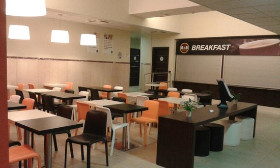 B&B Hotel Roma Trastevere : sala colazioni colorata
