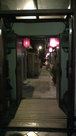 Jingshan Garden Hotel : 門口是小小的巷弄