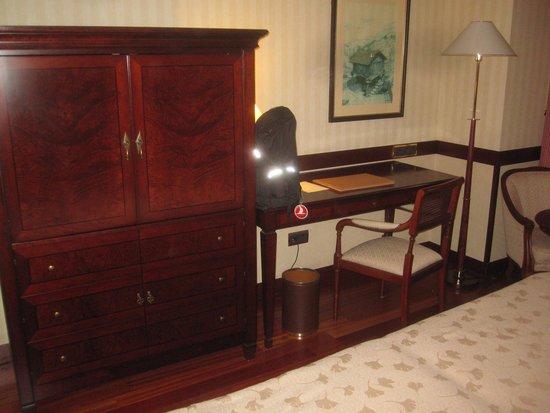 Eurostars Gran Hotel Santiago : Skrivbord med TVskåp