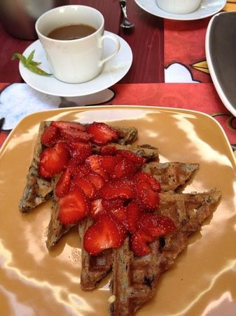 La Maison de Baviere : Josėe's blueberry waffles with local strawberries