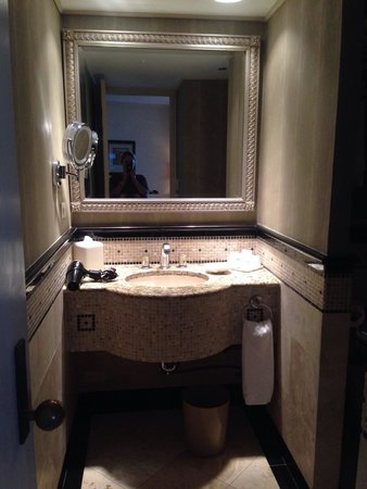 The Whitehall Hotel: Beautiful and clean bathroom
