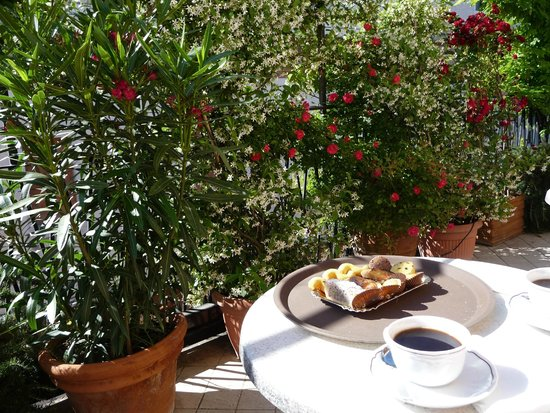 Hotel Agli Alboretti: Petite terrasse avec son jasmin enivrant !