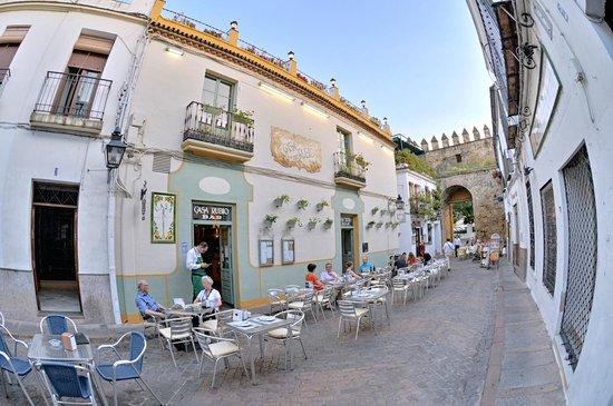 Casa Rubio: La entrada junto a la Puerta de Almodóvar