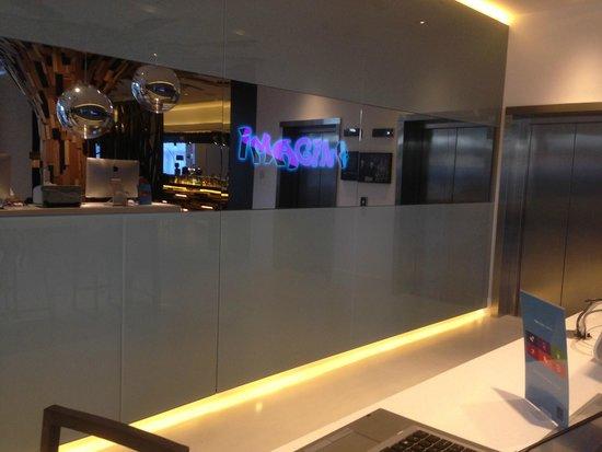 Novotel London Brentford: Lobby with mirror TV