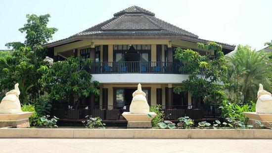 Centara Seaview Resort Khao Lak: Sports bar.