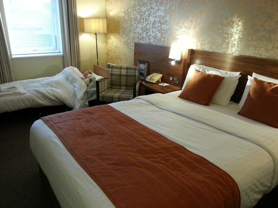 Cedar Court Hotel Wakefield: Superior room with extra 'Z' bed for my daughter!