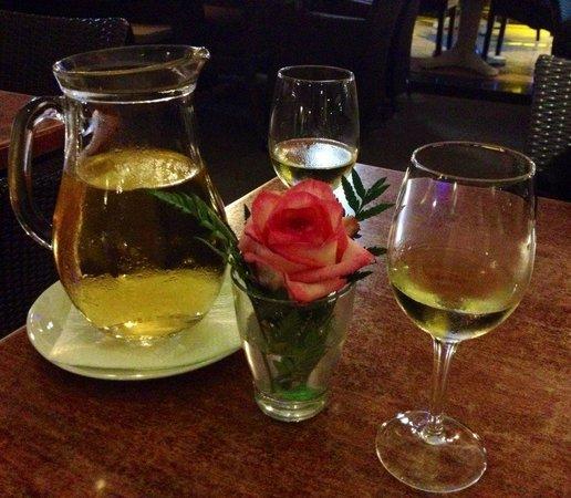 Restaurante-Pizzeria Don Camilo : Lecker Wein und hübsche Tischdeko