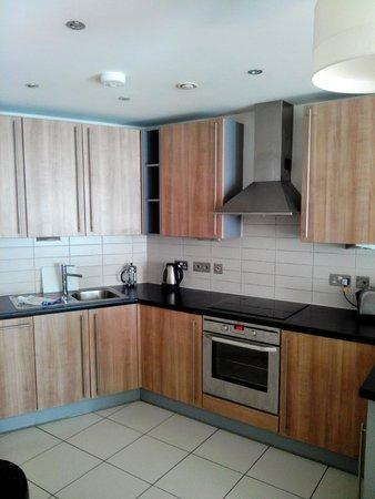 PREMIER SUITES Liverpool: Kitchen