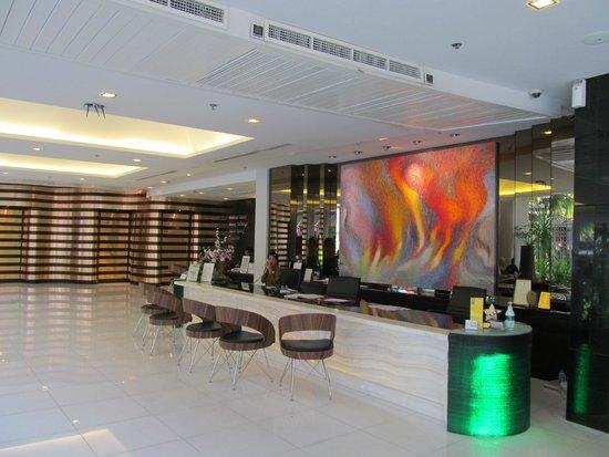 Nouvo City Hotel: Стойка регистрации.