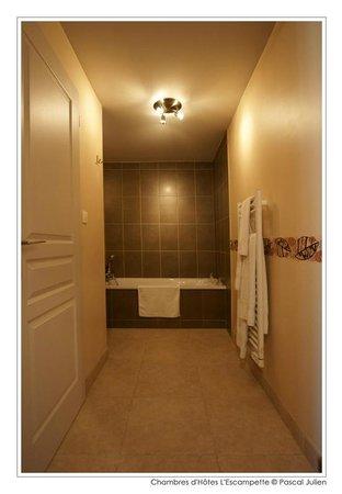 L'Escampette : Salle de bain de la chambre montcellienne