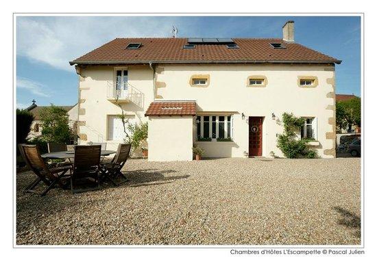 Saint-Aubin-en-Charollais, France : Façade de la maison côté cour intérieure