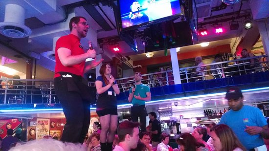 Ellen's Stardust Diner : Three singing servers!