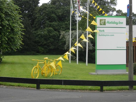 Holiday Inn York: The front of hotel, Yellow bikes everywhere