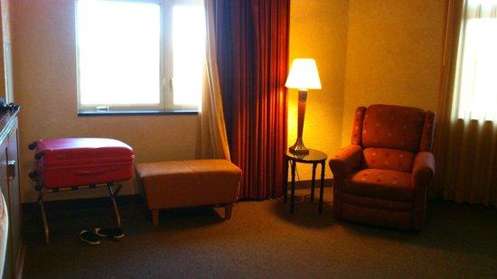 Drury Inn & Suites Flagstaff: Petit coin salon dans la chambre