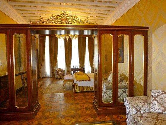 Hotel Ai Reali di Venezia: Huge, room 104.