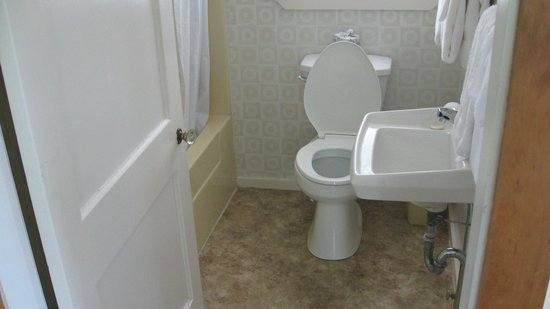 Edgewater Motel & Cottages: Cabin bathroom,full tub   Clean. New.