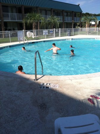 Quality Inn & Suites Hardeeville: Last swim before checking out.