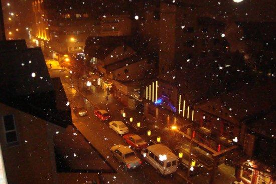 Hotel Crans Montana: vista desde el 5º piso de la habitación, una noche de nevada.