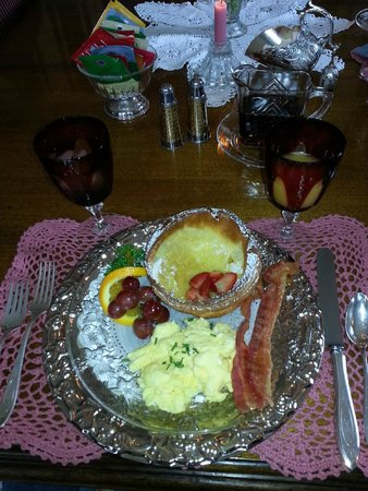 Five SeaSuns Bed and Breakfast: Breakfast