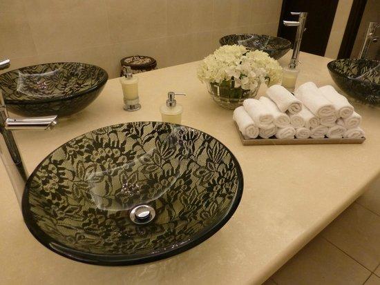 La Marquise Luxury Resort Complex : Vasques dentelles toilettes Femmes