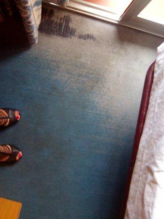 Pierre & Vacances Hotel El Puerto: Moqueta rota y sucia.