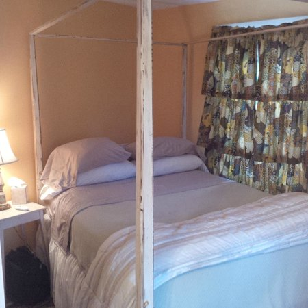 Creek Crossing Farm: Comfortable Room - With attached bathroom