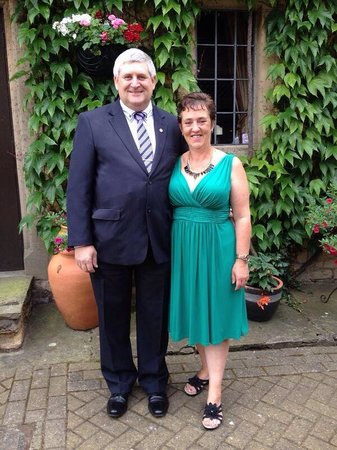Bell Inn Stilton: Me and the wife in the courtyard