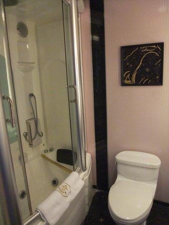 Hotel Lisboa Macau: 浴室不大,一個人夠用