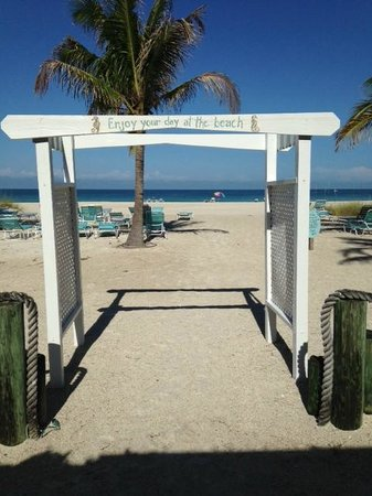 Cedar Cove Resort & Cottages: Beach Entrance