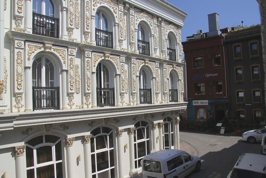 Hotel Amira Istanbul: View across the street