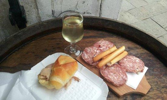 Bacareto Da Lele: Salame, panino con porchetta e prosecco