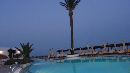 Club Eldorador Salammbo : la piscine a la tombee de la nuit