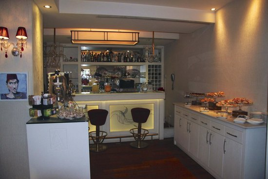 Hotel Amira Istanbul: Treats in the afternoon and the bar